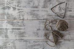 Projet de tricotage inachevé avec des aiguilles Image libre de droits