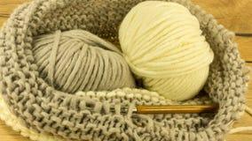 Projet de tricotage inachevé avec une boule de laine Photographie stock libre de droits