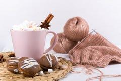 Projet inachevé de crochet, chandail chaud d'hiver avec la tasse de chocolat chaud et guimauves images stock