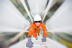 Projetando a escalada até a fábrica de tratamento do petróleo e gás ao observador e inspecione o processo da desidratação do gás imagem de stock