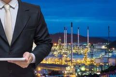 Projetando a tabuleta de trabalho da posse com central elétrica da refinaria de petróleo Imagens de Stock