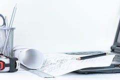Projetar o projeto planeia com as ferramentas de medição em d de madeira branco fotografia de stock royalty free