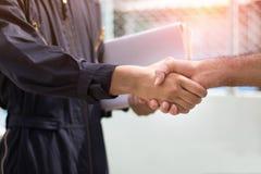 projete a agitação da mão com com os colegas para cooperar e o dea imagens de stock