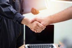 projete a agitação da mão com com os colegas para cooperar e o dea imagem de stock