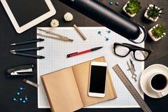 Projete a mesa do ` s no escritório com vários dispositivos e originais Foto de Stock