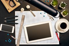 Projete a mesa do ` s no escritório com vários dispositivos e originais Fotografia de Stock Royalty Free