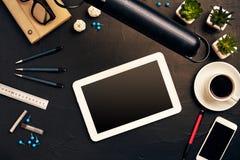 Projete a mesa do ` s no escritório com vários dispositivos e originais Imagem de Stock