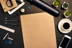 Projete a mesa do ` s no escritório com vários dispositivos e originais Imagens de Stock Royalty Free