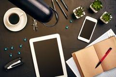 Projete a mesa do ` s no escritório com vários dispositivos e originais Fotos de Stock