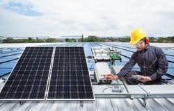 Projete o equipamento do painel solar da manutenção no telhado da fábrica imagem de stock