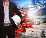 Projete o homem com o capacete de segurança que trabalha no const da estrada e da ponte Imagens de Stock