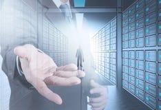 Projete o homem de negócio na sala do servidor de rede 3d Foto de Stock