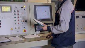 Projete o painel de controle industrial de funcionamento com exposição, botões, swithes Tiro do slider Central nuclear, poder tér video estoque