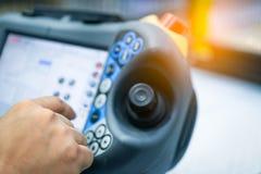Projete o ponto da mão no botão do controle do robô para controlar na fábrica Use o robô esperto na indústria de transformação pa fotografia de stock royalty free