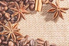 Projete o quadro com feijões de café, estoques da canela no pano de saco com anis das especiarias Imagem do close up Fotografia de Stock Royalty Free