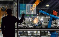Projete o robô que do controle do tela táctil a produção de fábrica parte a indústria de transformação do motor foto de stock