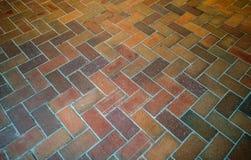Projete o teste padrão da textura do tijolo vermelho do ziguezague para pavimentar foto de stock royalty free