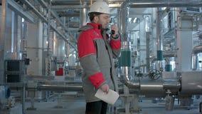 Projete o trabalho em um central elétrica térmico com fala no Walkietalkie para o trabalho de controlo vídeos de arquivo