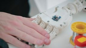 Projete os dedos do movimento do mecanismo do ajuste do inventor na mão robótico