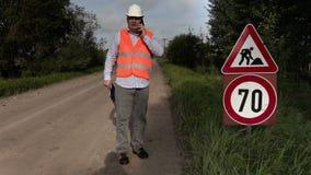 Projete próximo aos sinais de estrada da reparação da estrada video estoque
