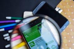 Projetez le trouveur pour Dynamics365 APP dans l'agrandissement sur l'écran de Smartphone photographie stock