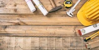 Projetez les modèles de construction et les outils d'ingénierie sur le bureau en bois, l'espace de copie, vue supérieure Images libres de droits