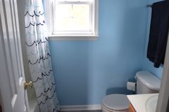 Projeto à moda e decoração do banheiro fotografia de stock