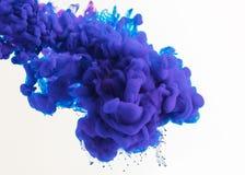 projeto abstrato com fluxo tinta azul e roxa na água, isolada no branco fotografia de stock