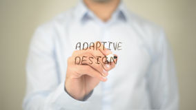 Projeto adaptável, escrita do homem na tela transparente Foto de Stock
