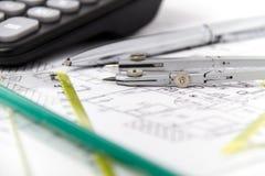 Projeto arquitetónico, pares de compassos, réguas e calculadora Imagem de Stock Royalty Free