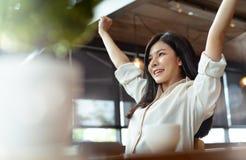 Projeto asiático bonito do negócio do sucesso da mulher do Freelancer foto de stock