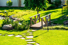 Projeto bonito da paisagem do quintal Vista de árvores coloridas e de rochas aparadas decorativas dos arbustos Fotos de Stock