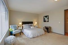 Projeto bonito do quarto com cabeceira marrom Foto de Stock Royalty Free
