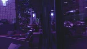 Projeto bonito do restaurante luxuoso vazio na noite video estoque