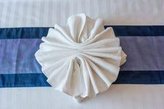 Projeto branco de toalhas na folha de cama Fotografia de Stock Royalty Free