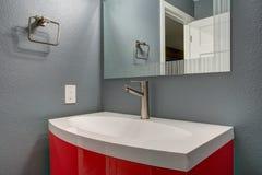 Projeto cinzento e vermelho do banheiro no renovado recentemente em casa Fotografia de Stock Royalty Free