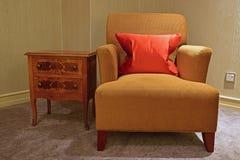 Projeto clássico de único Seater Sofa Chair e tabela lateral Fotografia de Stock Royalty Free