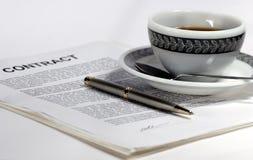 Projeto, contrato, e café home novos Foto de Stock Royalty Free