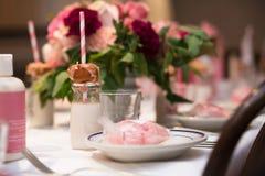 Projeto cor-de-rosa da flor na tabela servida do restaurante para o partido feminino da refeição matinal de domingo imagens de stock royalty free