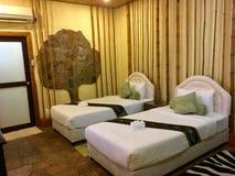 Projeto da beleza da sala da cama no hotel imagens de stock