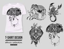 - projeto da camisa com coleção étnica desenhado à mão dos animais, estilo do tatoo do mehendi T-shirt isolado branco Africano ét fotos de stock royalty free