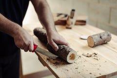 Projeto da carpintaria que faz três castiçais de madeira rústicos da luz do chá imagem de stock royalty free
