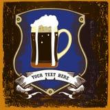 Projeto da etiqueta da cerveja com a caneca da brasão e de cerveja escura Foto de Stock Royalty Free