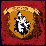 Projeto da etiqueta da cerveja A etiqueta contém imagens do lobo, fitas, texto o Fotografia de Stock