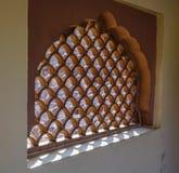Projeto da janela cinzelada no templo hindu fotografia de stock royalty free
