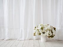Projeto da janela Cortinas brancas, vaso com as flores no f de madeira Fotografia de Stock