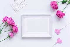 Projeto da mola com flor da peônia e o modelo branco da opinião superior do fundo do quadro Imagem de Stock Royalty Free