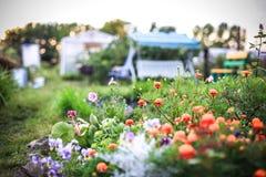 Projeto da paisagem com flores e balanço bonitos Fotografia de Stock