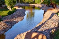 Projeto da paisagem Lagoa decorativa da água, fundo da natureza Foto de Stock