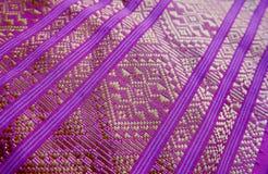 Projeto da tela tradicional bonita, roxo e linha tailandeses do ouro fotografia de stock royalty free